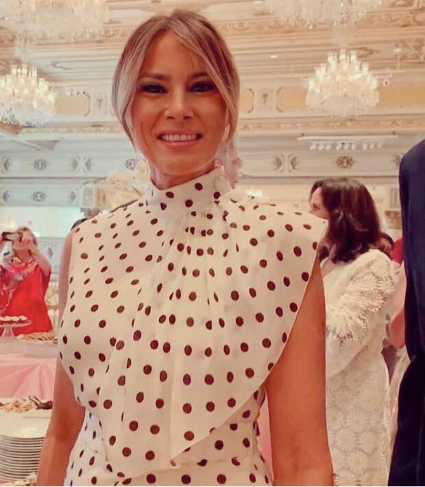 Редкий выход: Мелания Трамп в благородном платье в горошек