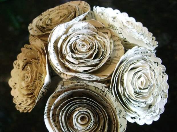 Спиральные розочки из книжных и нотных страниц