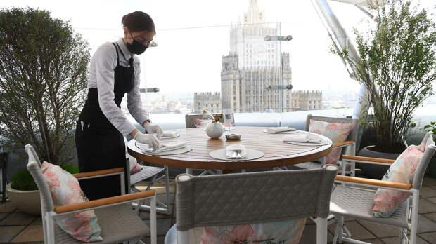 Официантка в защитной маске на летней веранде ресторана  - РИА Новости, 1920, 07.09.2020