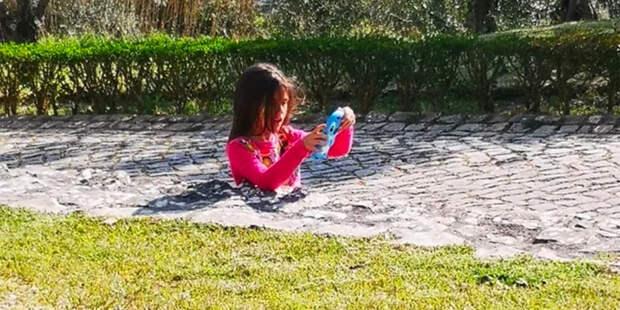 Оптическая иллюзия с «застрявшей» в бетоне девочкой напугала интернет-пользователей