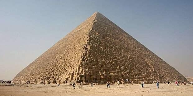 Эта самая большая из всех пирамид высотой 146 метров вплоть до Средневековья была самой крупной искусственной структурой на Земле