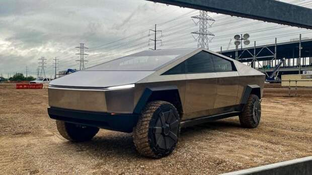 Илон Маск погонял на Tesla Cybertruck и показал салон авто. Выглядит странно!