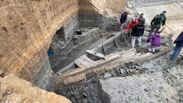 Археологи изучают находку. /Фото:strator.livejournal.com
