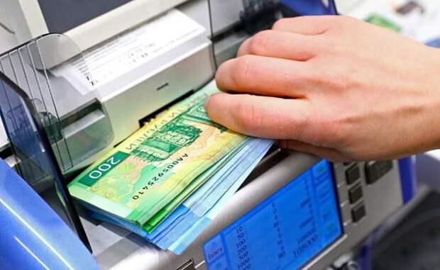 """Рубль девальвируют, чтобы раздать населению больше """"деревянных"""" денег"""