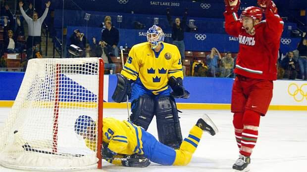 Сенсационный гол Копатя наОлимпиаде. Онзабил шведам ссередины площадки, затащив Белоруссию вполуфинал