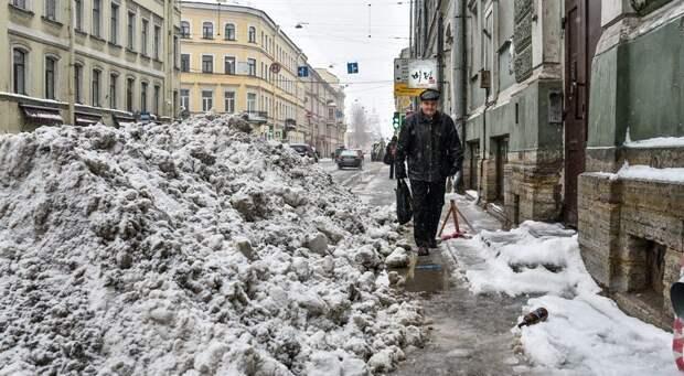 Смольный узаконил снежные кучи на тротуарах