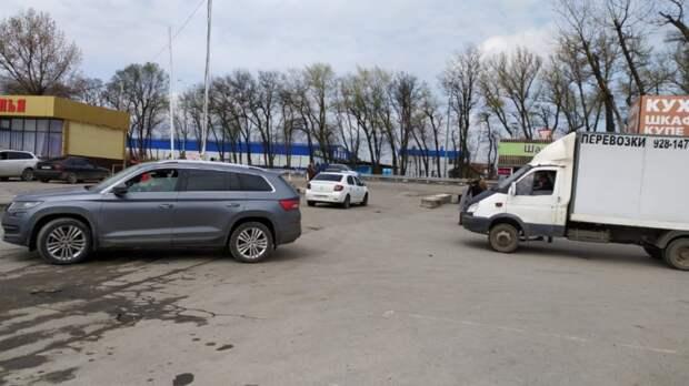 Торговцы соцепленных силовиками рынков вРостове перекрыли движение наШолохова