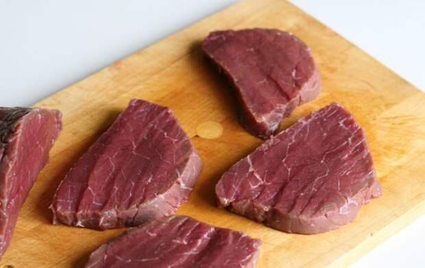 Резать мясо нужно поперек волокон.