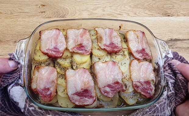 Добавляем к мясу в духовке лук и соленые огурцы: даже пресное мясо становится вкусным и сочным