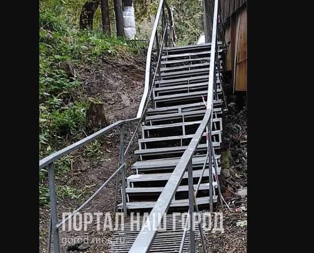 Аварийную лестницу на Фабрициуса жителям придется обходить по грязи