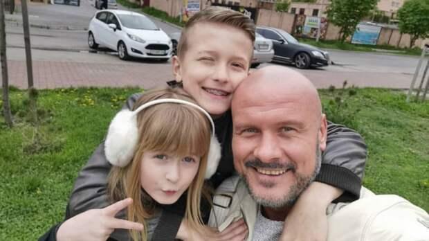 Вячеслав узелков с детьми