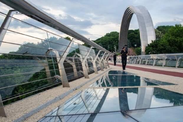 В Киеве на мосту Кличко разбили два стекла – вандала зафиксировала камера