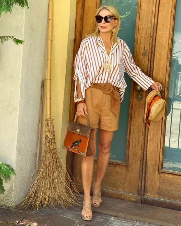 Взрослая женщина-блогер в шортах. /Фото: mtdata.ru