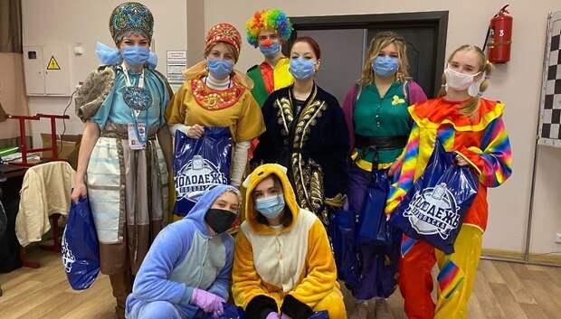 Волонтеры Подольска вручили подарки ко Дню защиты детей 20 многодетным семьям