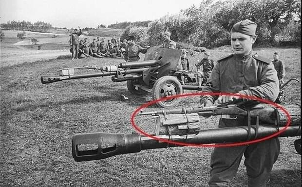Винтовка Мосина привязаная к противатанковому орудию