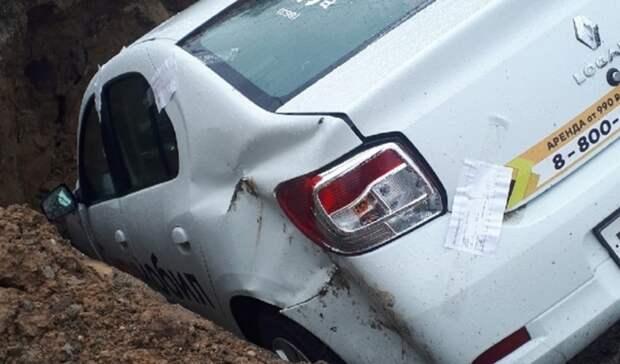 Автомобиль такси вРостове полностью провалился вяму