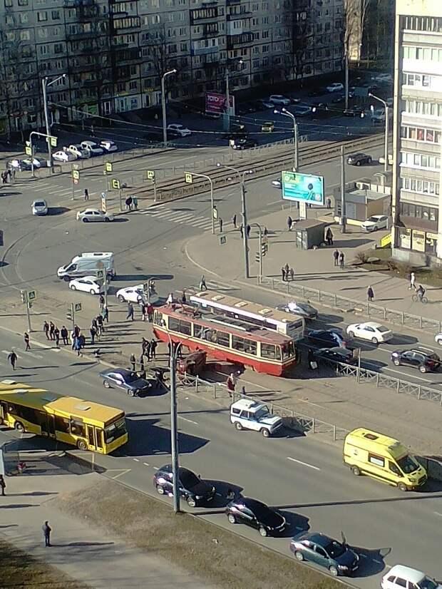 В Петербурге перевернулся автомобиль с детьми: подробности, видео