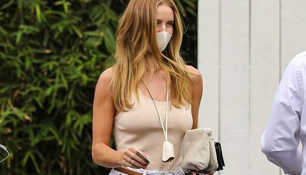 Очень широкие белые джинсы, как у Роузи Хантингтон-Уайтли — обязательная покупка будущего лета