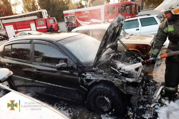 В Кривом Роге на стоянке горели шесть автомобилей