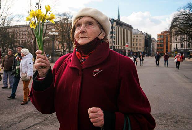 Возложение цветов к памятнику Свободы в Риге