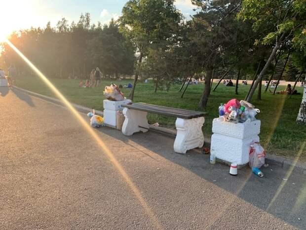 Петербуржцы оставили горы мусора на пляже после жарких выходных