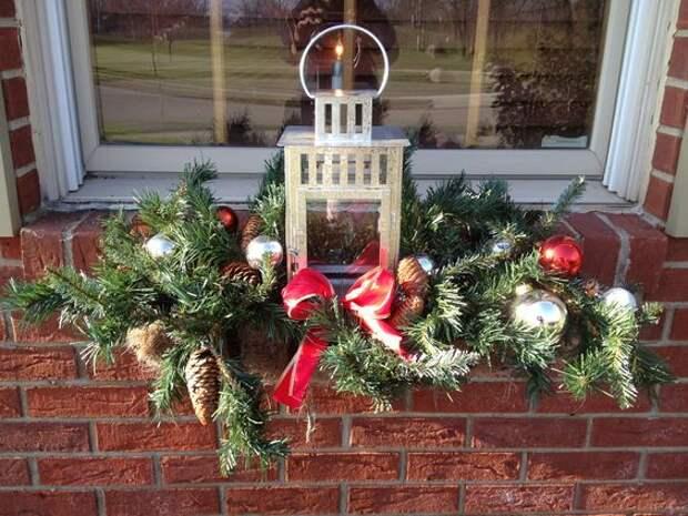Создаем новогоднее настроение: идеи оформления оконных цветочных ящиков к празднику