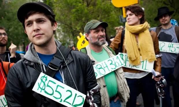 Студенты с табличками на шее, где указан их образовательный долг