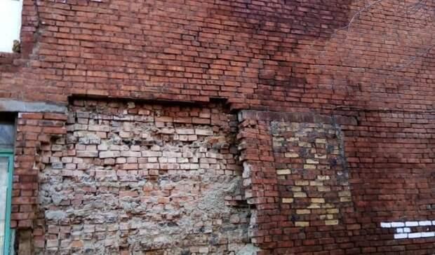 Найден ряд дефектов. В Омске признали небезопасным дом, в котором обрушилась стена