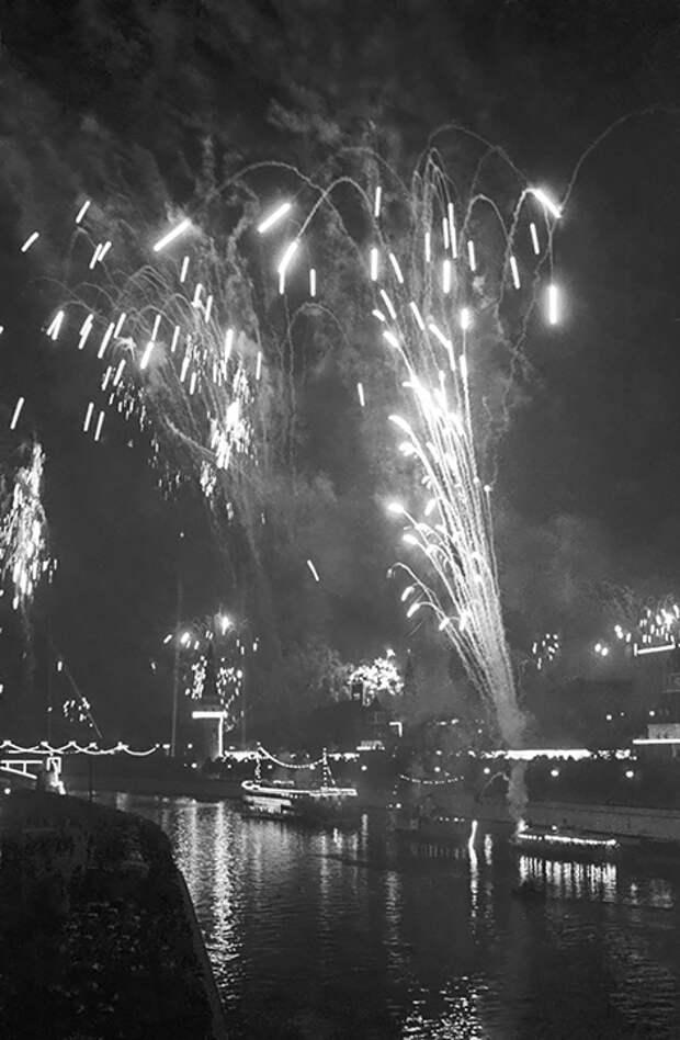 На фото: праздничный фейерверк над Москвой-рекой в честь празднования 800-летия со дня основания города. 1947 год.
