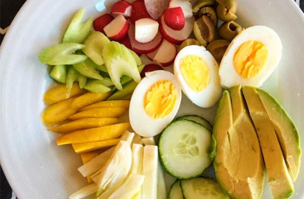 Берем вареные яйца и делаем вкусную еду