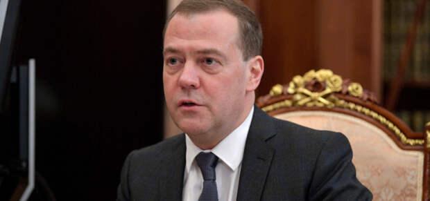 Медведев допустил обязательную вакцинацию в интересах государства