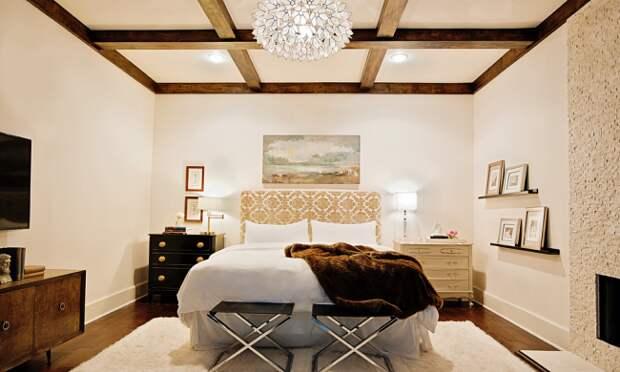 Деревянные балки в оформлении потолка спальни