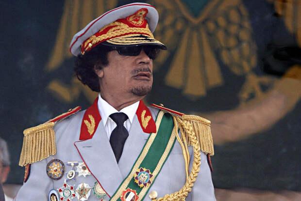 Муаммар Каддафи в официальном костюме