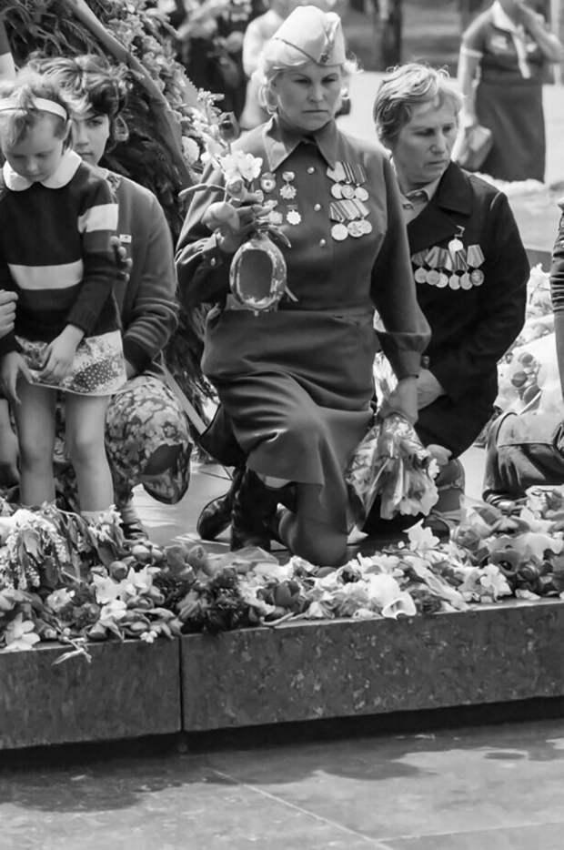 День Победы. Ветераны Великой Отечественной войны у могилы Неизвестного солдата в Александровском саду Московского Кремля. Фото А. Князева, 1970-е.