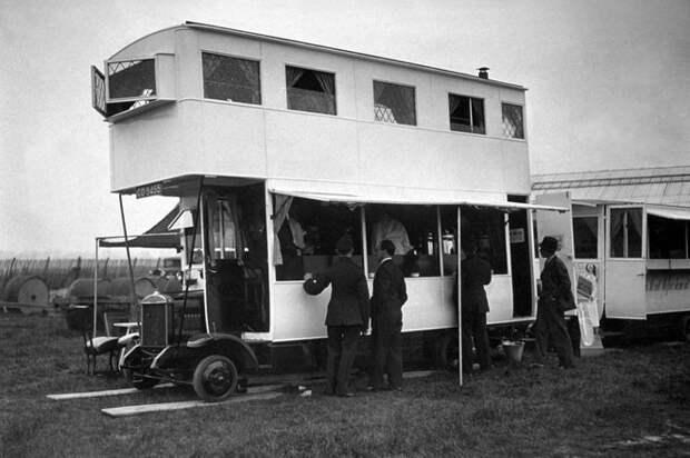 Клиенты покупают легкие закуски в передвижном баре на автобусе, 1933 год авто, мото, ретро