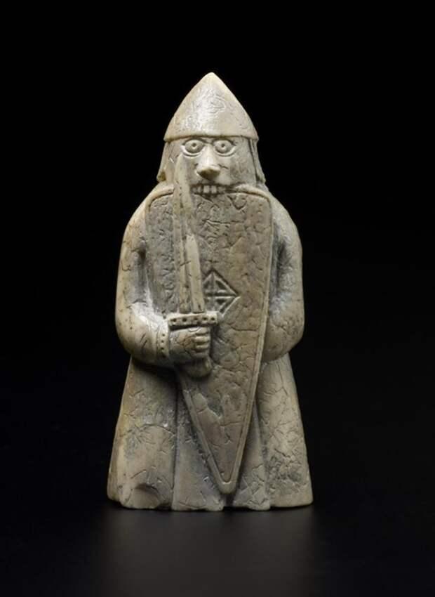 Шахматы Льюиса: фигурка ладьи в образе берсерка, кусающего щит