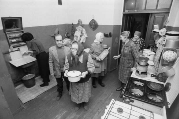 Холодильник с замком был особенно актуален для кухонь в коммунальных квартирах / Фото: stroynews.link.ru