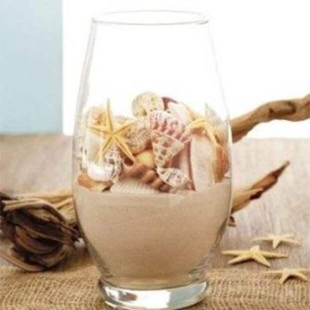 Подобным образом украсьте прозрачную стеклянную вазу, которая превратится в морской сувенир.