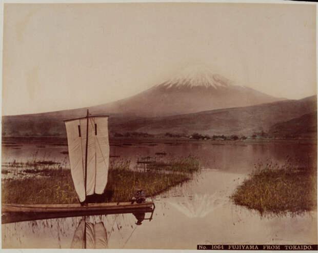 15. Японский рыбак на фоне Фудзиямы, 1890-е. история, мир, фотография