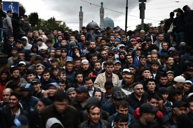 Упрощенный въезд для мигрантов может спровоцировать напряженность: депутат Мосгордумы