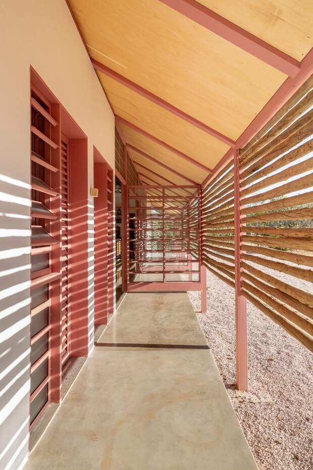 Одноэтажный дом с защитной оболочкой в Бразилии