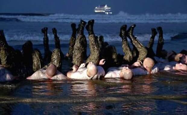 На фото: кандидаты ВМС США (подразделениt «морских котиков») проходят физическую подготовку во время теста на погружение в воду, являющегося частью базовой подготовки по подрыву под водой / SEAL