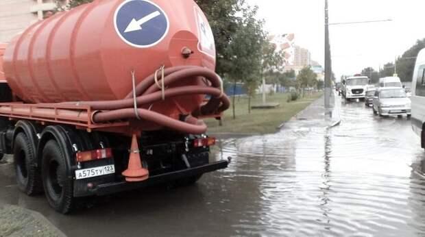 В Краснодаре во время дождя подтопило 24 участка улиц