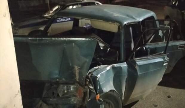 Врезались встену дома: подростки угнали автомобиль ипопали ваварию вСерове