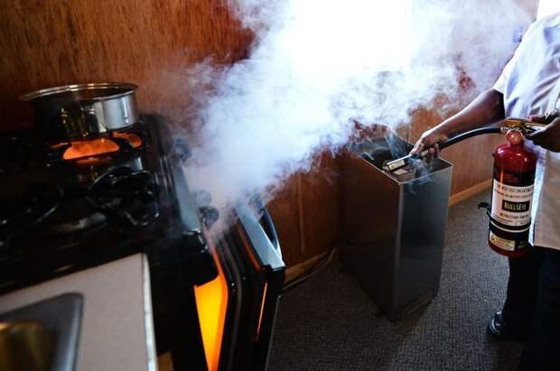 Огнетушитель может спасти от внезапного пожара и вреда неисправной проводки. /Фото: firedefencer.com