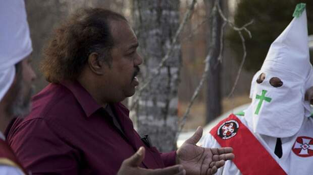 Сила дружбы: темнокожий музыкант убедил 200 человек выйти изку-клукс-клана