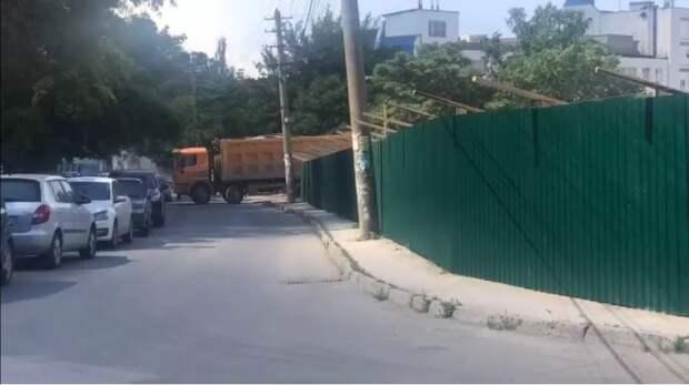 В Симферополе снесли забор из фильма «Кавказская пленница»