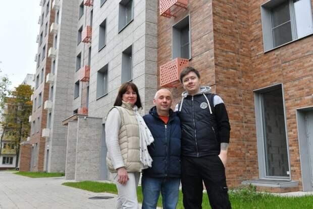 Новеселы дома 24а на улице Шумилова / Фото: Денис Афанасьев