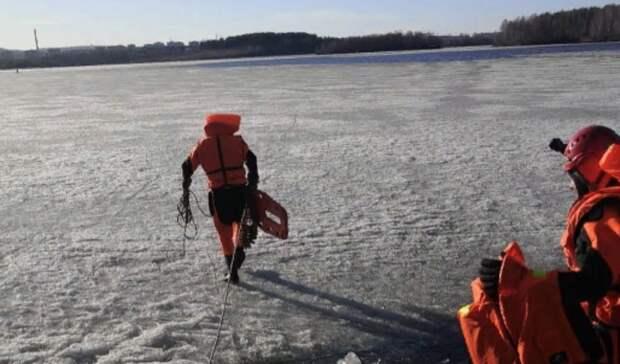 Один провалился вводу: застрявших нальдине рыбаков вытащили спасатели под Тагилом