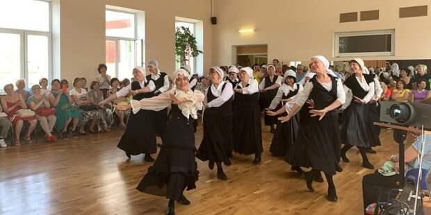 Заряд бодрости пенсионерам из Лосинки дают занятия танцами